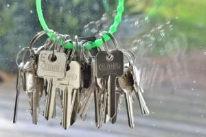 Grüner Schlüsselring mit Schlüsseln