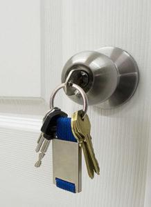 Schlüsselbund in Türschloss