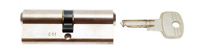 Schließzylinder und Schlüssel Seitenansicht